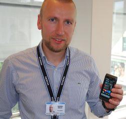 Nokias produktsjef Bjørn Egil Brekke stiller til nettmøte. Her fra en demonstrasjon av Nokia N8.