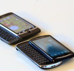 Xperia pro (nederst) er nokså lik HTC Desire Z (øverst) i størrelse. (Foto: Einar Eriksen)