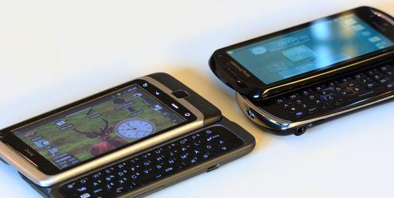 Xperia pro (til høyre) har en litt annen tasteplassering enn det som er vanlig. Her sammenlignet med HTC Desire Z (til venstre). (Foto: Einar Eriksen)