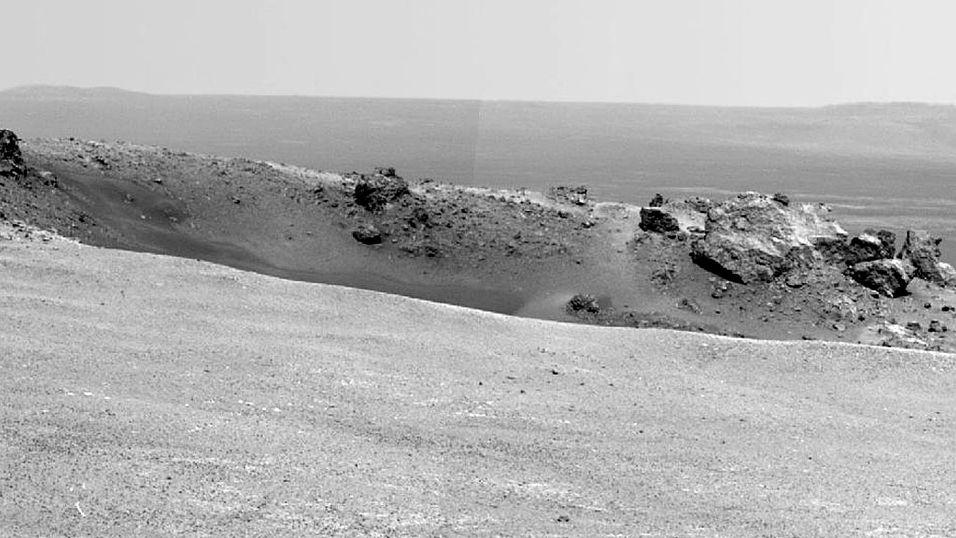 ENDELIG FRAMME: Dette bildet ble tatt 9. august 2011 idet Mars-bilen Opportunity når sitt endelige mål ved Endeavour-krateret. Foto: NASA