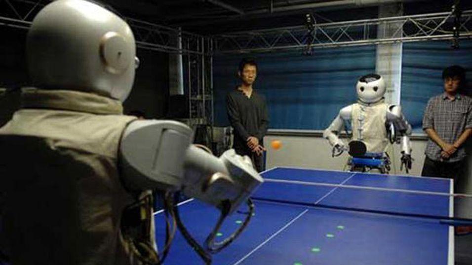 Roboter spiller ping-pong sammen