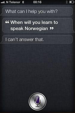 Siri, som på vår mobiltelefon har en dyp og maskulin røst, sier hun ikke kan svare på når funksjonen kommer på norsk.
