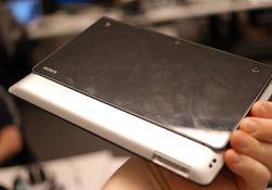 Tablet S har en klossete ladekontakt. Kontakten har ikke noe å gå inn i, men den festes i stedet utenpå brettet ved hjelp av mothaker som presses inn på sidene.