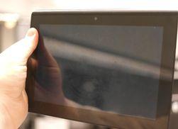 Skjermen i Tablet S tåler knapt noe, og etter bare få dager i sekken hadde den fått to kraftige riper. NB! Trykk på bildet for å se full størrelse.