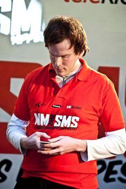 Frode Ness i aksjon under fjorårets NM. Da brukte han mobil med taster. I år avvikles konkurransen ved bruk av smartmobiler, som har berøringsskjerm. Foto: Pressebilde