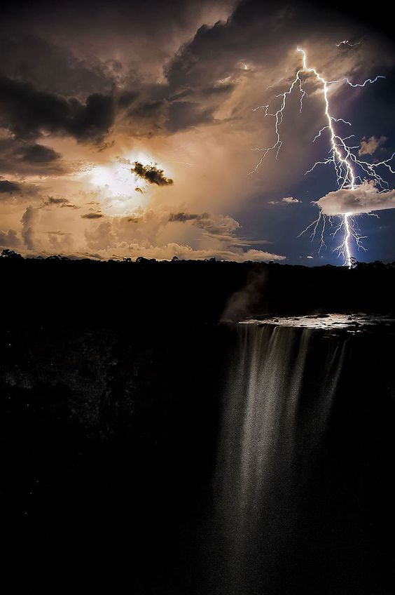 Winner - Lightning strikes at night illuminating the water falling from Keiteur Falls, the world's largest single drop waterfall in Kaieteur National Park, Guyana. Foto: James Broscombe ( BULLS )