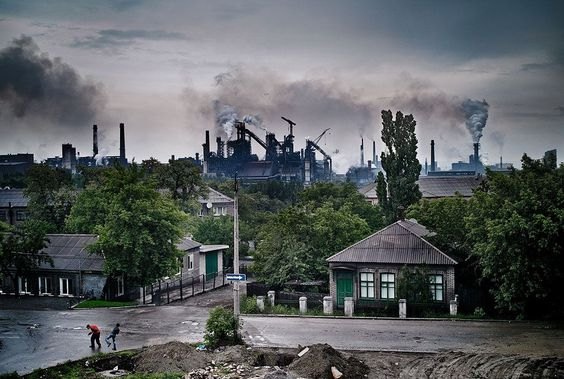 As children play in the foreground, pollution from steel and chemical plants dominates the sky in Enakievo, Ukraine. Foto: Friedman ( BULLS/EPOTY.ORG )