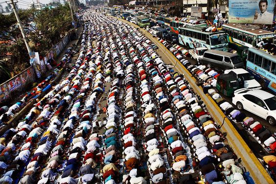 Thousands of devotees offer prayers during the Ijtema, bringing traffic to a standstill along one of the busiest roads in Tongi, Bangladesh. Foto: Gautam Basu ( BULLS/EPOTY.ORG )