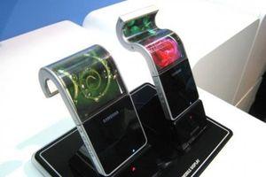 Bildet viser prototyper på mobiler med bøyelige skjermer for Samsung viste frem allerede i fjor.
