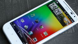 HTC Sensation XL er stor, men passer likevel i de fleste bukselommer.