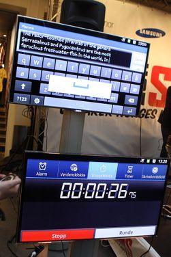 I år så man både tid og deltagernes teksting på skjermer, slik at det var lett å se hvem som ledet.
