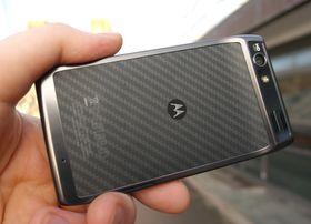 Etter å ha sluppet en rekke viktige telefoner i USA, gjorde endelig Motorola comeback i Norden, og hva passer vel bedre til en relansering enn et av selskapets mest kjente navn i ny og frisk Android-drakt? Nå har Google kjøpt selskapet, og Motorolas fremtid i Europa er uviss.