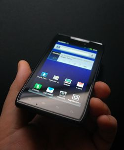 Nye Razr er ikke like rundt i kantene som andre mobiltelefoner.