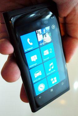 Nokia har puttet inn sine egne apper i hovedmenyen.