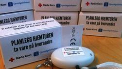 Røde kors har delt ut 10 000 overfallsalarmer i Oslo. Likevel mener organisasjonen at det viktigste arbeidet som gjøres er det holdningsskapende.