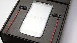 I boksen finnes i tillegg til mobiltelefonen en lader, USB-kabel og ørepluggene iBeats. Det følger også med en liten pose til oppbevaring av ørepluggene.