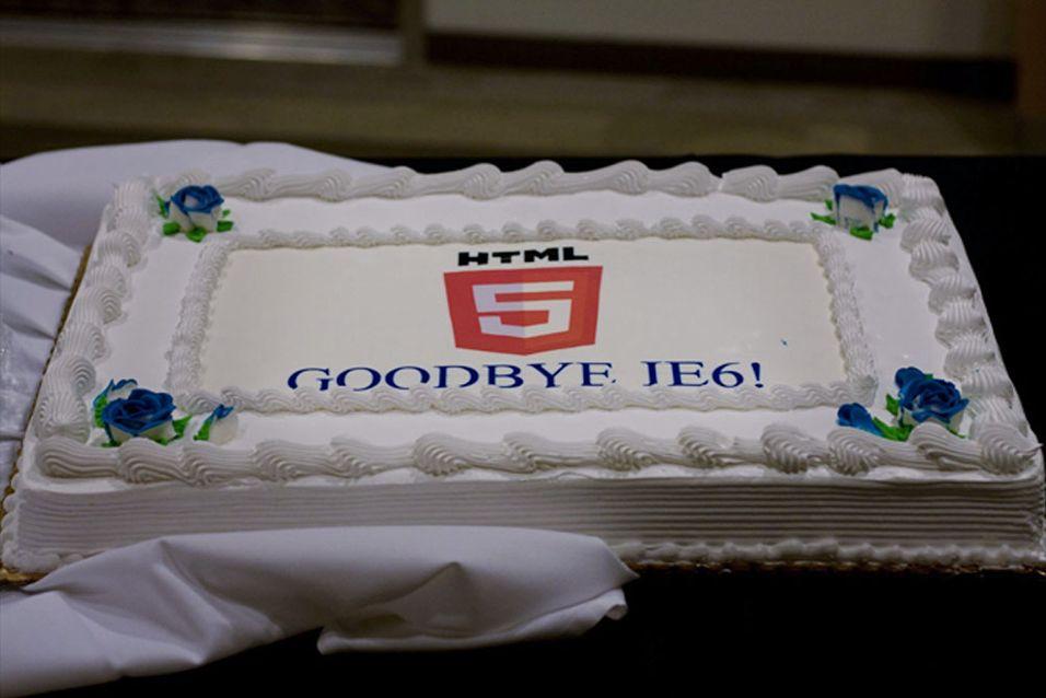 Microsoft feirer på kontoret med en kake som sier «Farvel, IE6!»