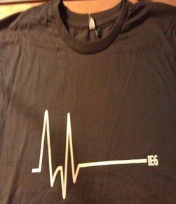Det holdt ikke med å feire med kake. Microsoft har i tillegg laget en t-skjorte for å feire bortgangen av IE6.