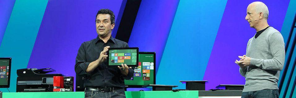 Michael Angiulo, visepresident ved Windows Planning, Hardware & PC Ecosystem, viser frem en Samsung-prototype med Windows 8 ved en tidligere anledning.