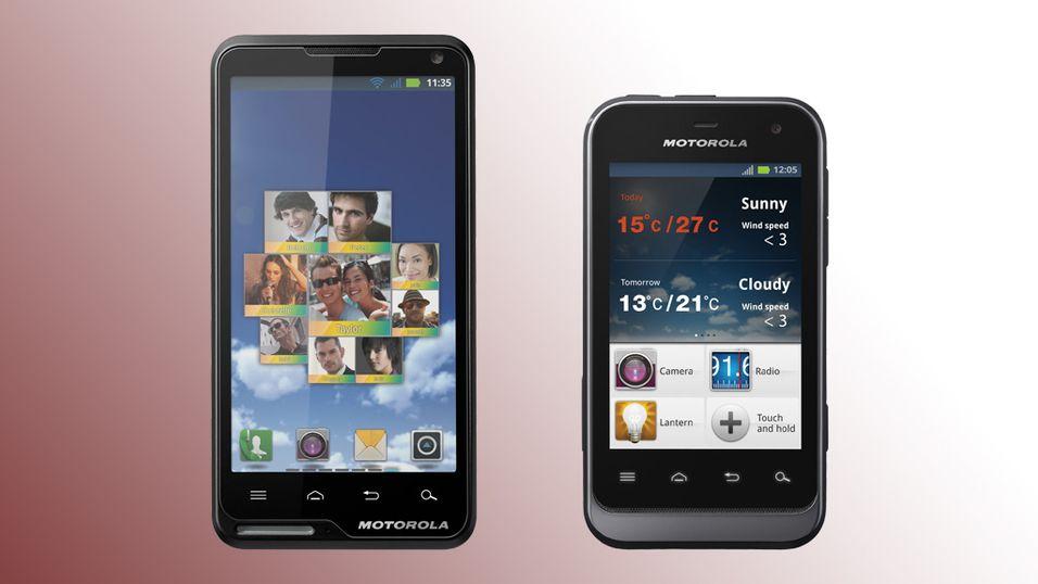 Motorola Motoluxe til venstre og Defy Mini til høyre.