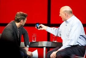 Steve Ballmer viser frem Windows Phone 7 på CES 2011.