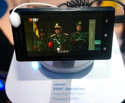 Lenovo K800 er den første Intel-baserte mobiltelefonen som er laget for salg til vanlige forbrukere.