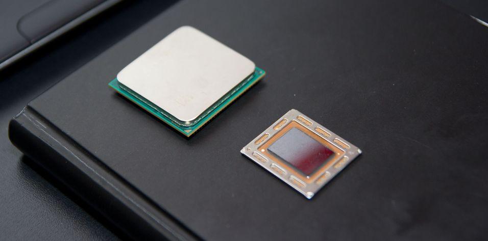 AMDs kommende «Trinity»-prosessor er naken til høyre, dagens A-serie Llano med skall til venstre.