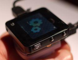 Motorola Actv har gode knapper på siden, og et berøringsfelt på fronten for å gå tilbake i menyene.