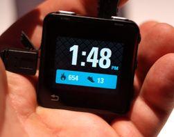 Hovedvisningen på Motorola Actv har klokke og skritteller.