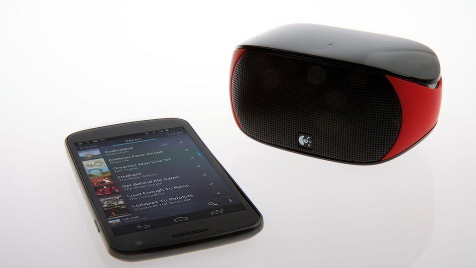 """Logitech Mini Boombox har ikke større """"fotavtrykk"""" enn en vanlig mobiltelefon. Her avbildet sammen med en Samsung Galaxy Nexus. (Foto: Kurt Lekanger)"""