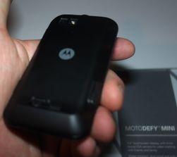 Slik ser baksiden av Motorola Defy ut.