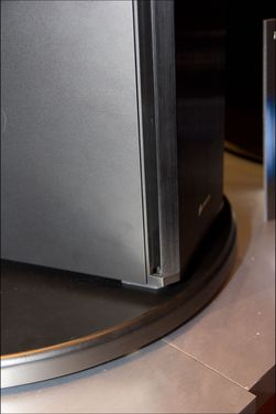 Fronten er vinklet for å lede lyden vekk fra brukeren