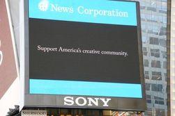 Her er reklamebanneren som er satt opp på Times Square i New York.