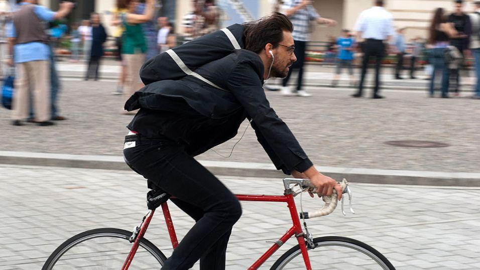 Unge menn med ørepropper eller hodetelefoner havner stadig oftere i ulykker. (Foto: Istockphoto.com)