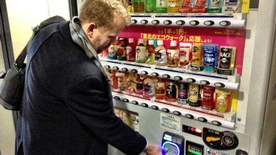 På t-banen i Tokyo kan du kjøpe mat og drikke med t-banekortet.