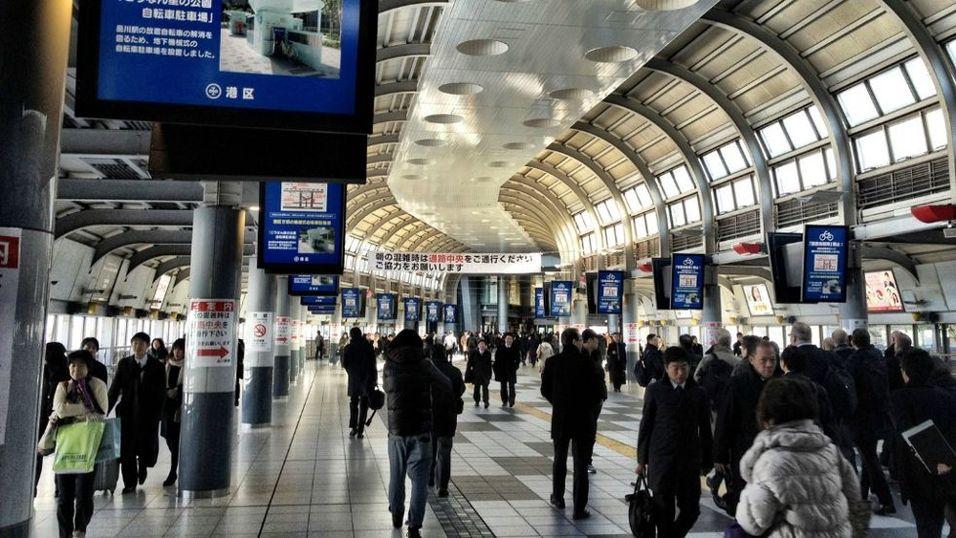Rundt 600.000 reisende hver dag ser storskjermreklamene på Shinagawa-stasjonen i Tokyo. ( Nettavisen )